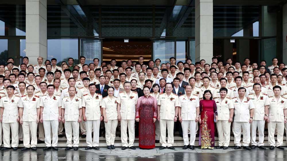 Chủ tịch Quốc hội Nguyễn Thị Kim Ngân gặp mặt điển hình tiên tiến bảo vệ an ninh Tổ quốc