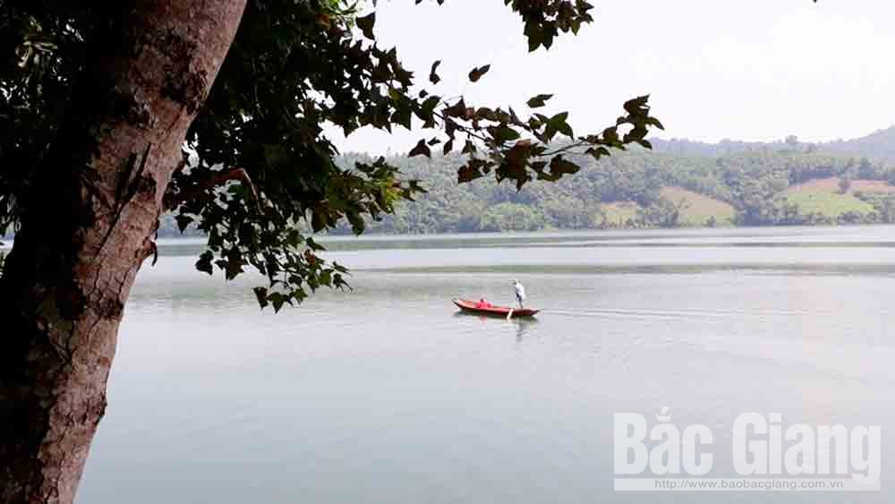 Vẻ đẹp trữ tình của hồ Cấm Sơn vào mùa thu.