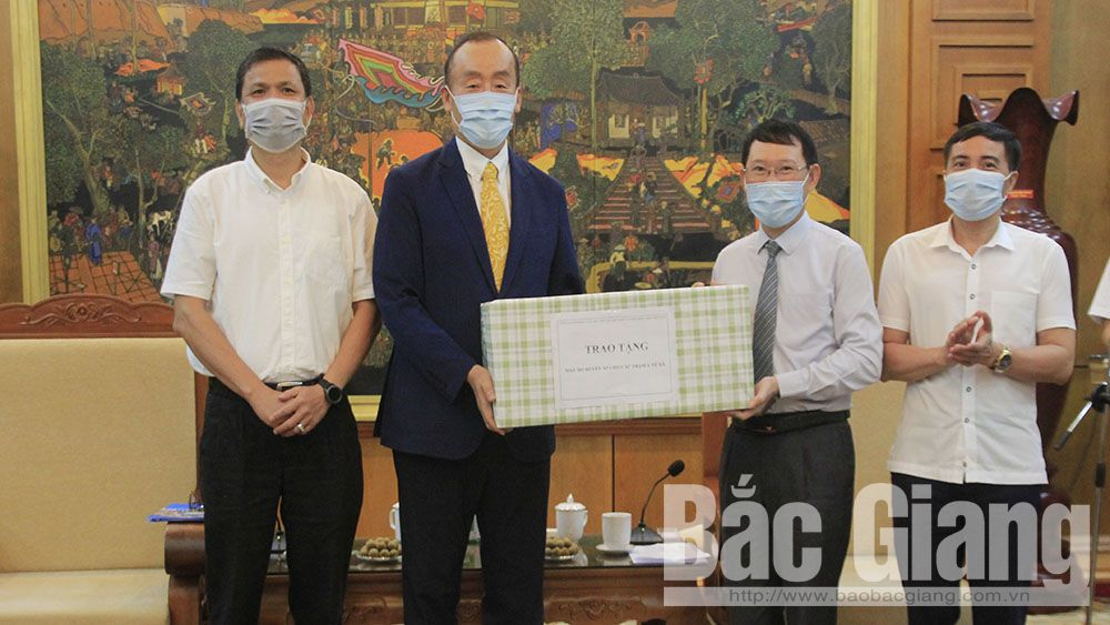 WHO and VMA hand over blood pressure meter and medical face masks to Bac Giang