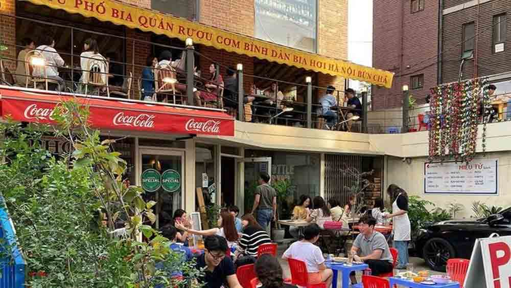 Humble Vietnamese diner, popular in Seoul, Vietnamese diner-style restaurant, big hit, plastic tables and chairs, Vietnamese cuisine