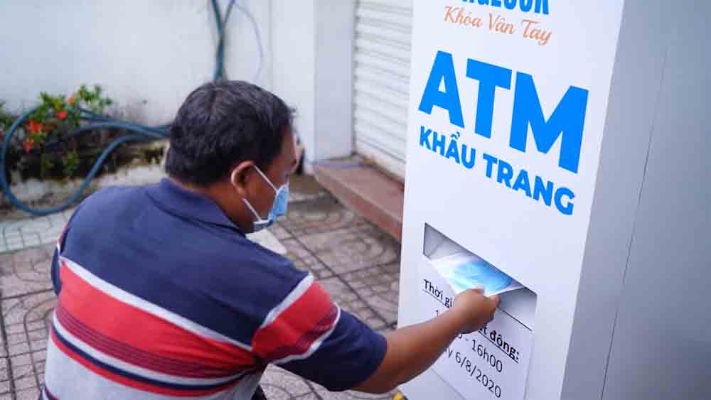 After rice, HCMC 'ATM' now dispenses face masks