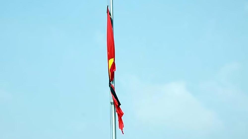 Treo cờ rủ, ngừng hoạt động vui chơi, giải trí trong hai ngày Quốc tang Nguyên Tổng Bí thư Lê Khả Phiêu