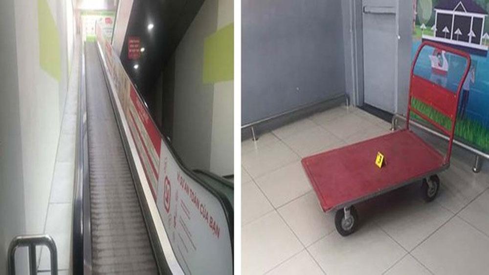 Xe đẩy chở hàng trên thang cuốn Trung tâm thương mại trượt xuống gây chết người