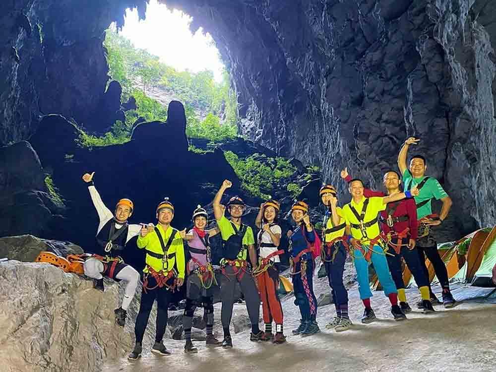 Four days, world's largest cave, Vietnamese fashion designer, Ha Duy, excessive tourism, fast-flowing streams, suspended bridges
