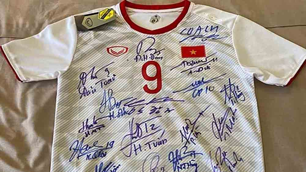 Vietnamese footballer auctions jersey for Covid-19 relief