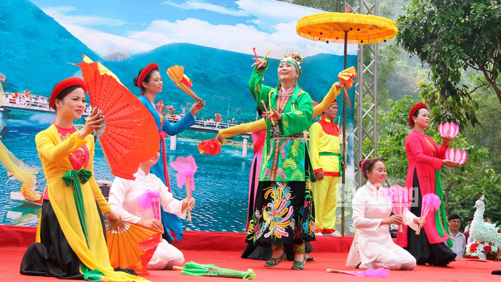 Van singing, melodies in Suoi Mo tourism site