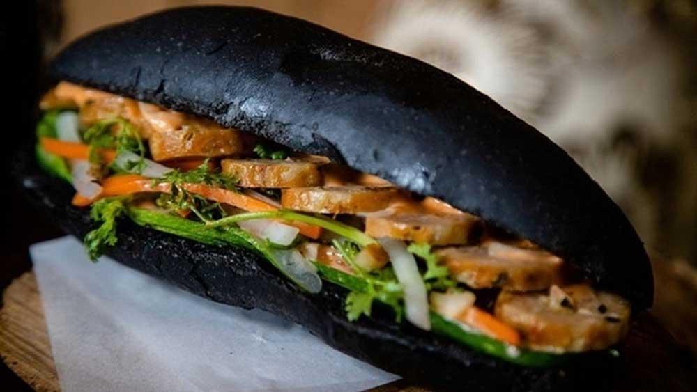 Charcoal-like bread, attracts customers, Quang Ninh province, Shop owner, Tran Khac Tuan, distinctive foods,  bamboo charcoal powder,