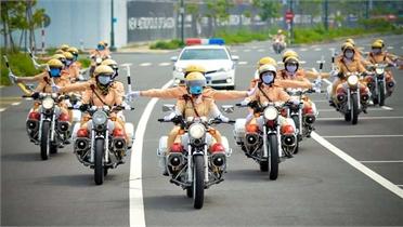 Đội hình nữ cảnh sát giao thông dẫn đoàn đầu tiên tại TP Hồ Chí Minh chính thức hoạt động
