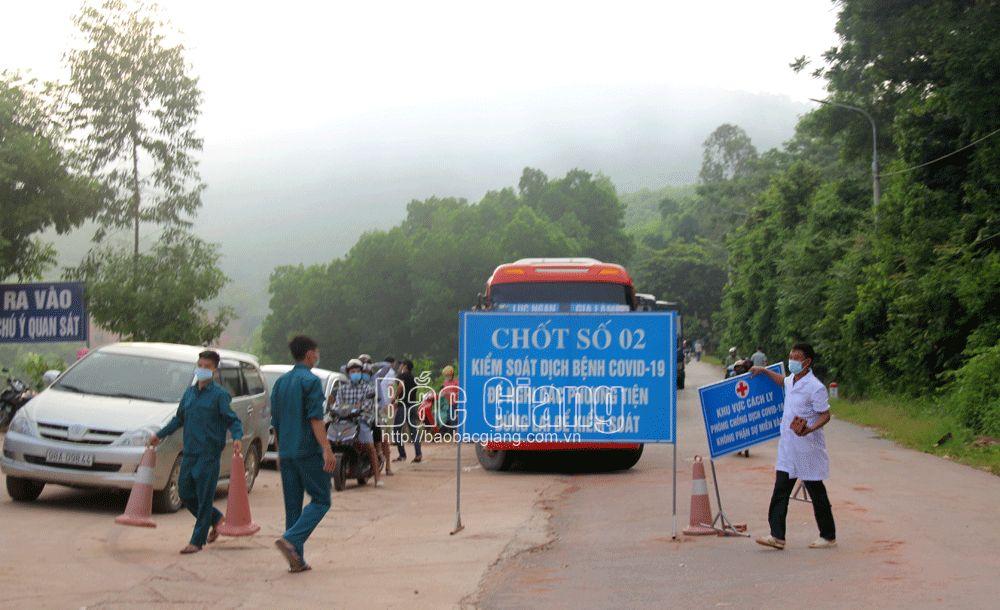 Lực lượng chức năng tháo dỡ chốt kiểm soát dịch tại thôn Đồng Chu.