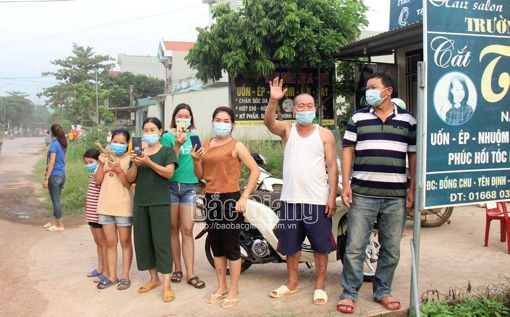 Người dân thôn Đồng Chu vui mừng khi các chốt kiểm dịch được dỡ bỏ