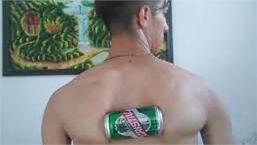 Chàng trai Cuba lập kỷ lục Guiness bóp vỡ lon bia bằng xương bả vai