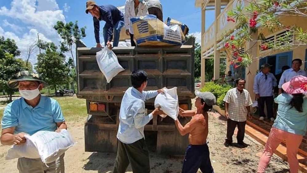 Can Tho donates rice and masks to Vietnamese in Cambodia
