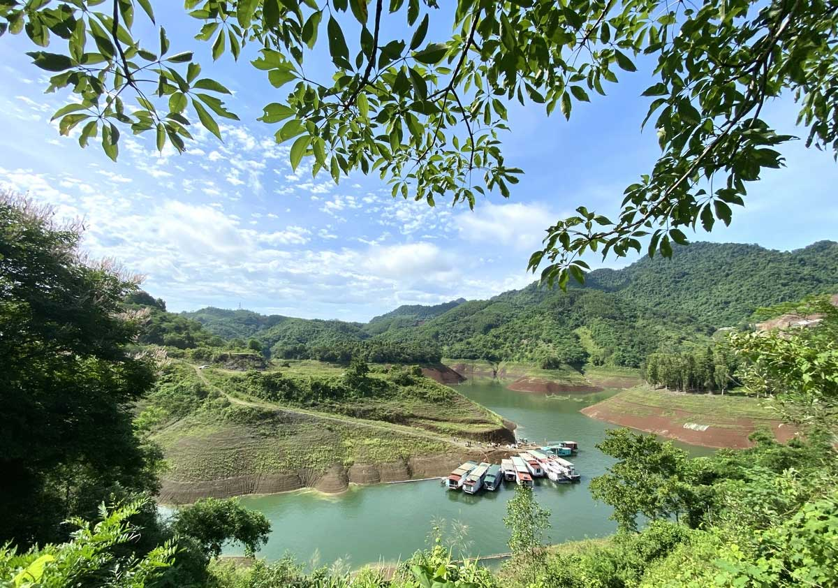 Northern Vietnam reservoir, packs attractions, weekend picnics,  natural beauty, Hoa Binh Reservoir, ideal location