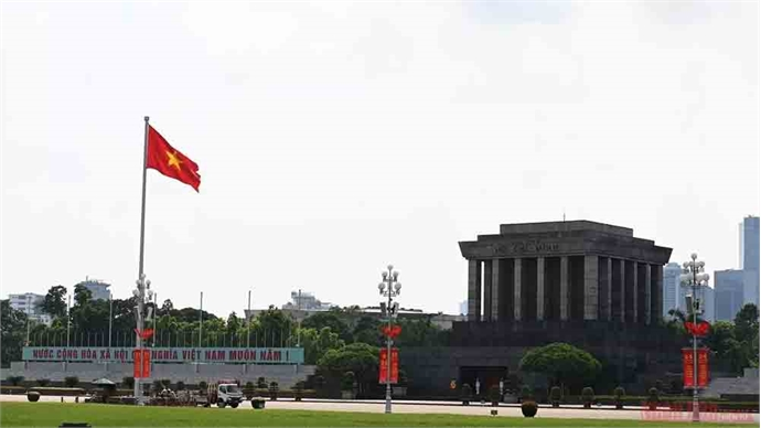 Hanoi brilliantly decorated with national flags on National Day