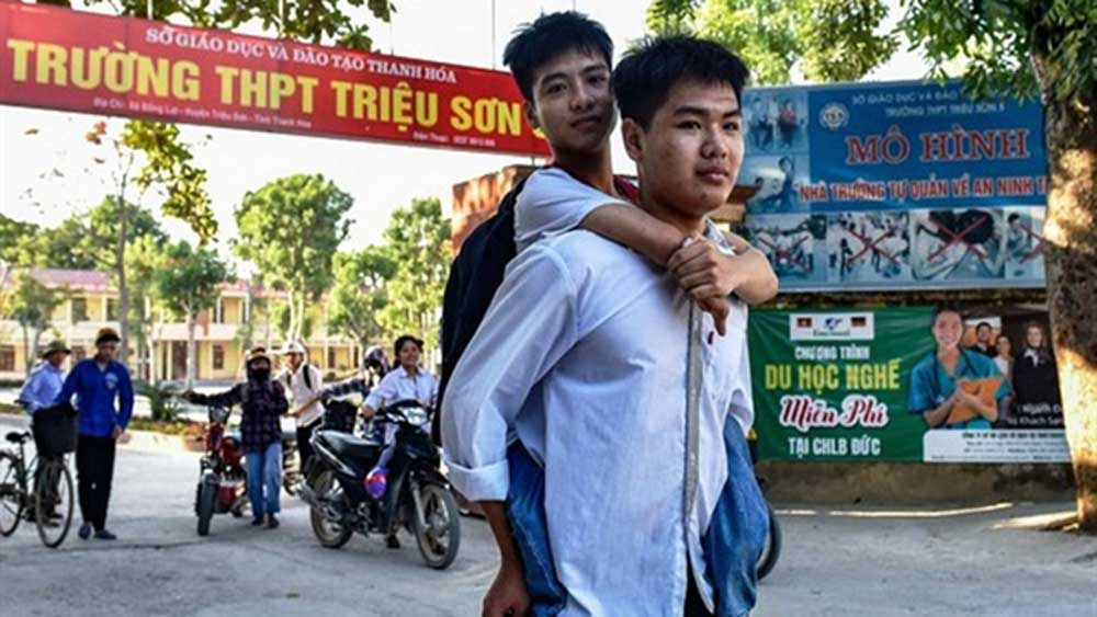 Student with disability, gives piggyback, 10 years, Nguyen Tat Minh, without any legs, Ngo Minh Hieu, widespread media coverage, strong determination