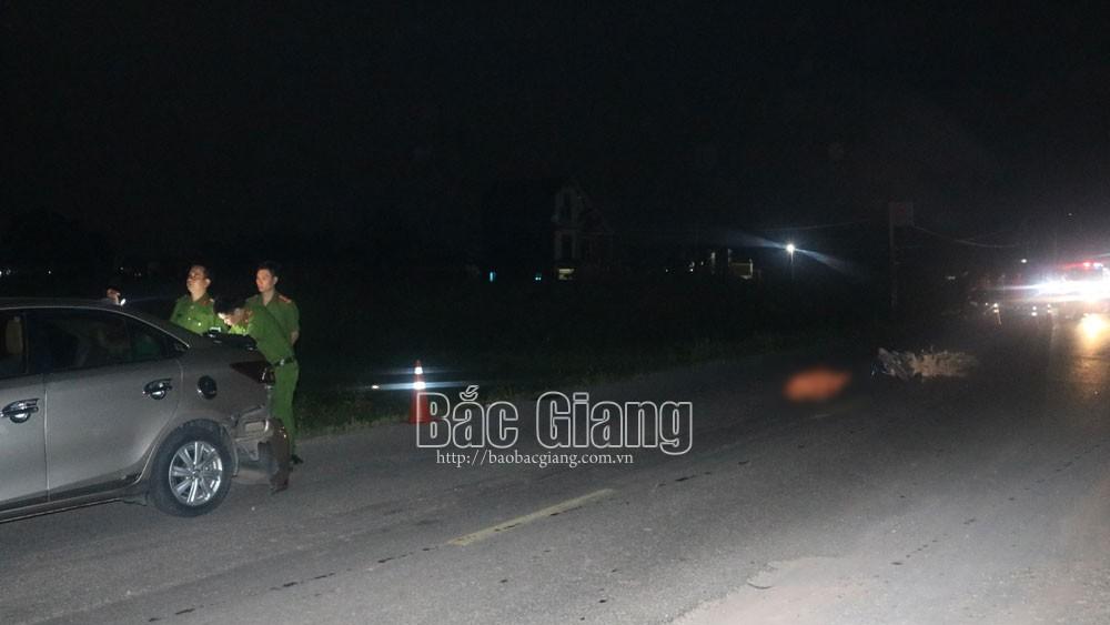 Bắc Giang: Đâm vào đuôi ô tô, một phụ nữ đi xe máy tử vong