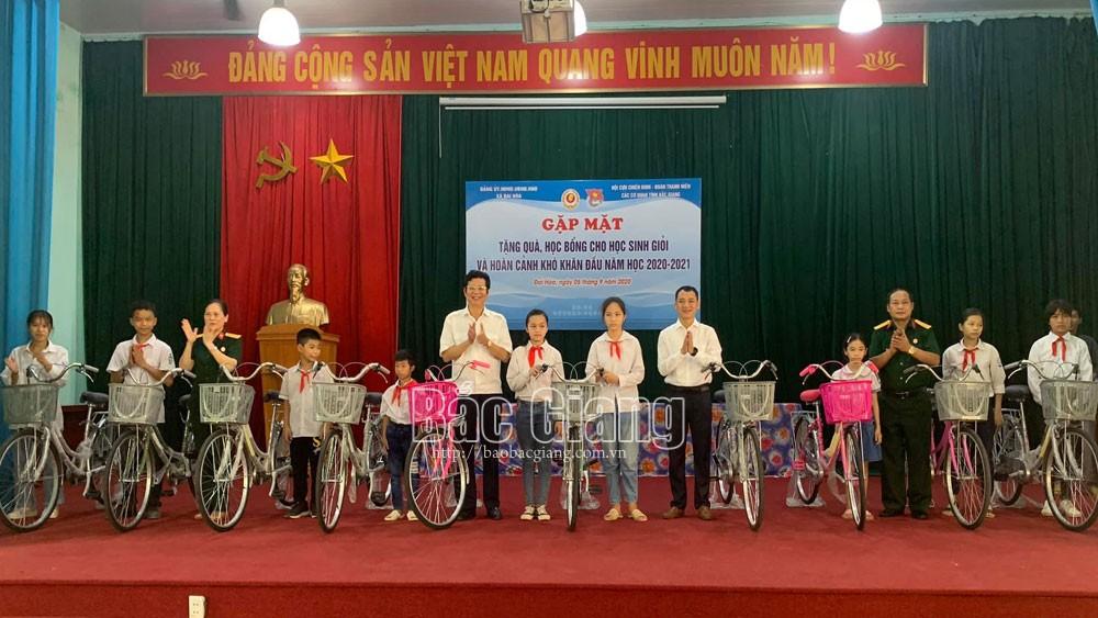 Hội Cựu chiến binh, Đoàn Thanh niên các cơ quan tỉnh Bắc Giang tặng quà cho học sinh giỏi, hoàn cảnh khó khăn