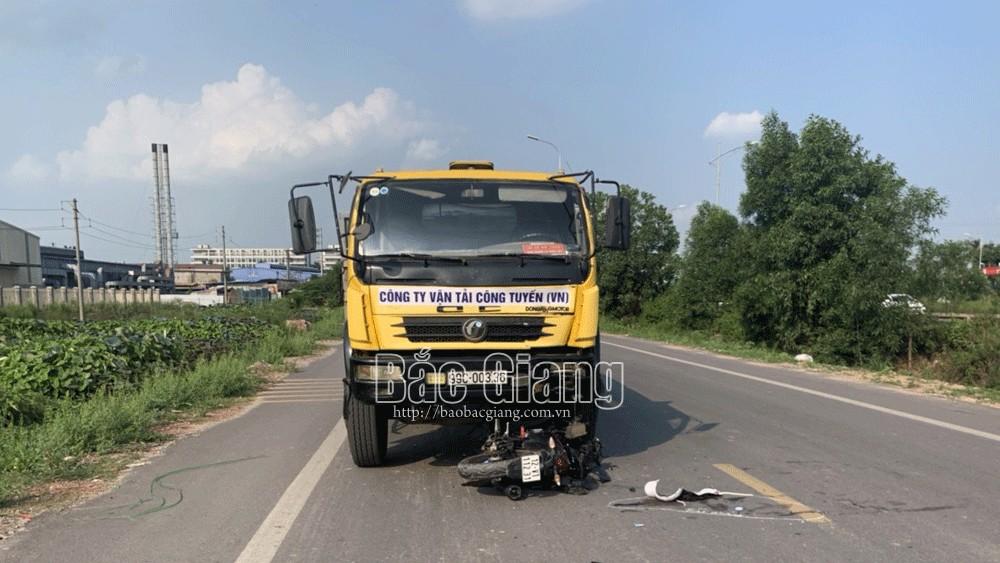 Bắc Giang: Xe máy đấu đầu xe tải, một thanh niên tử vong