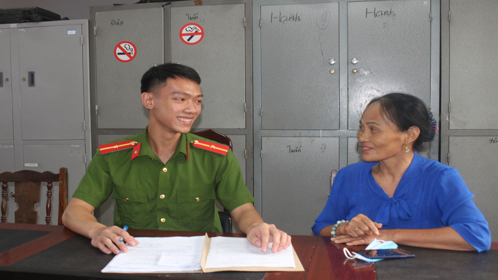 Công dân đến Công an huyện Tân Yên gửi thư cảm ơn.