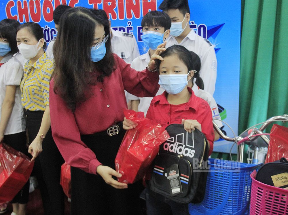 Dream on the wings,  90 scholarships, impoverished children, Bac Giang province, overcome the life challenges, total value
