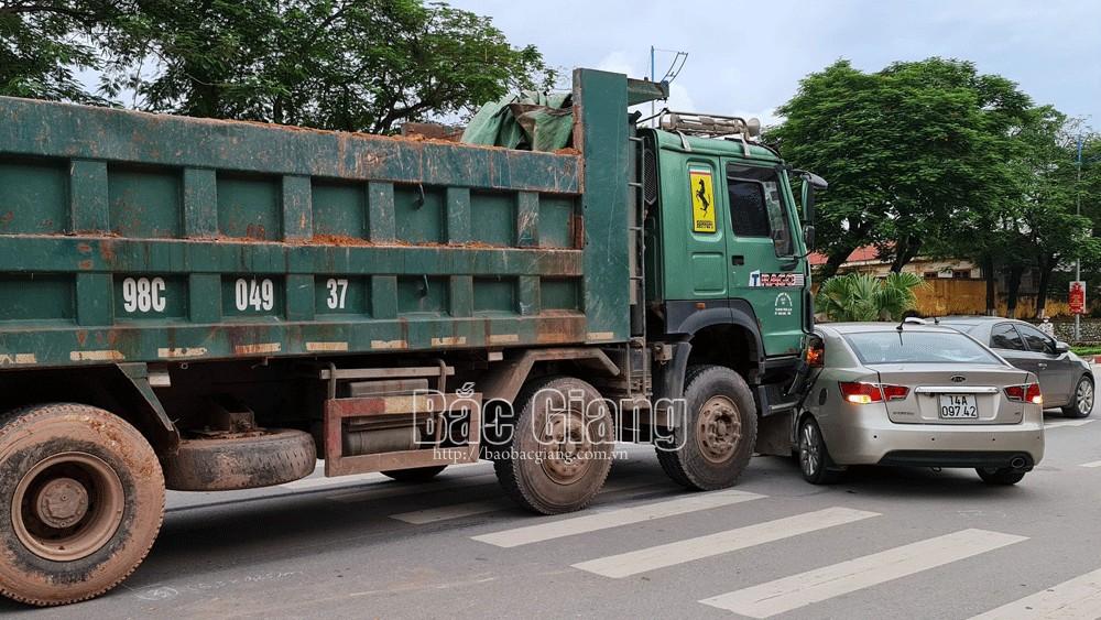 Bắc Giang: Không làm chủ tốc độ, xe tải lao vào xe con, phương tiện hư hỏng