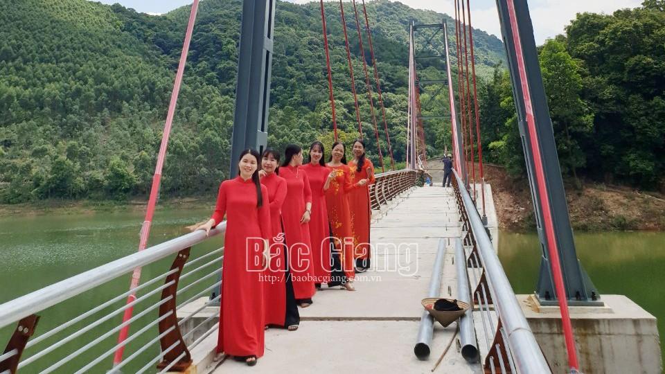 Du khách chụp ảnh tại cầu treo đền Trần tại Khu Du lịch sinh thái Suối Mỡ (ảnh do Ban Quản lý Khu Du lịch sinh thái Suối Mỡ cung cấp)