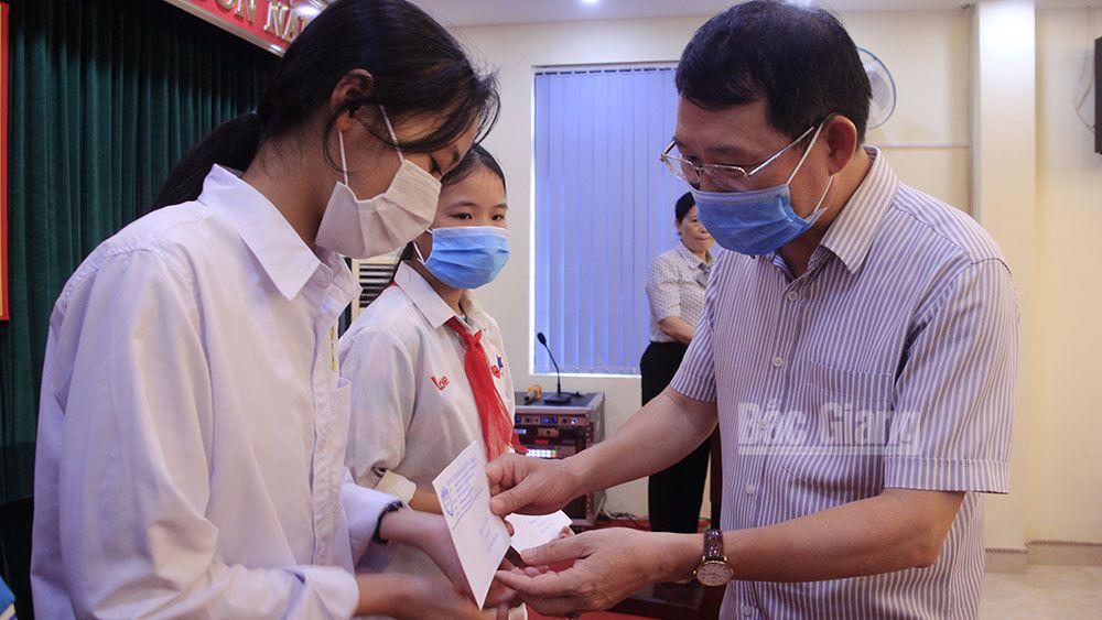 """Bắc Giang: Nhiều trẻ em được nhận học bổng Chương trình """"Chắp cánh ước mơ"""""""