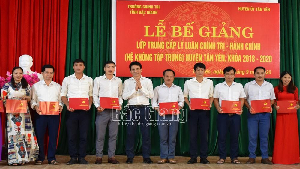 Tân Yên: 53 học viên hoàn thành lớp Trung cấp Lý luận chính trị - hành chính