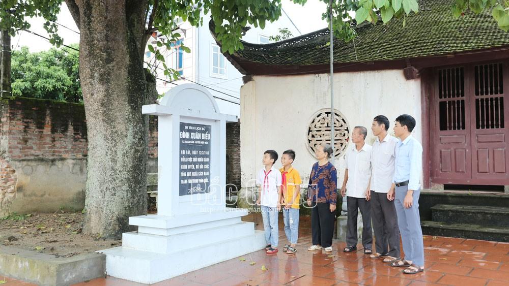 Ngày 12/3/1945, tại đình Xuân Biều, xã Xuân Cẩm diễn ra cuộc khởi nghĩa giành chính quyền đầu tiên trong cả nước.