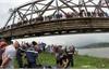 Bắc Giang: Tìm thấy thi thể cô gái bị rơi xuống cầu Cẩm Lý và nam tài xế nhảy xuống cứu