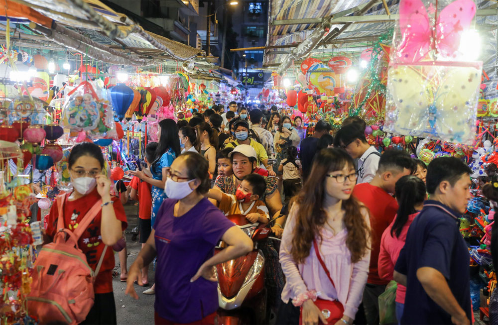 HCMC lantern street, warms up, Mid-Autumn Festival, Luong Nhu Hoc street, abuzz with visitors, full moon festival, singing and lion dances
