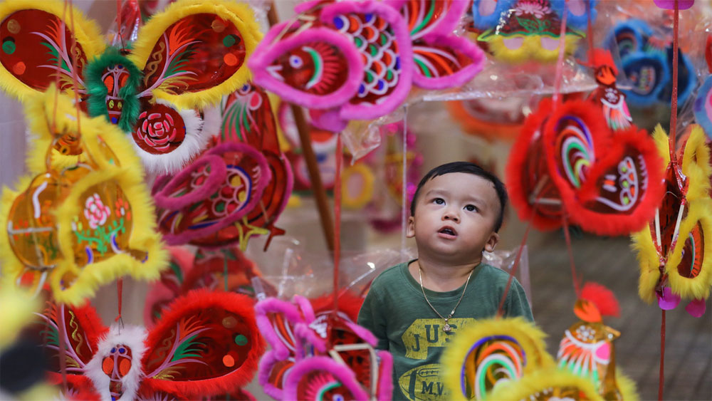 HCMC lantern street warms up for Mid-Autumn Festival
