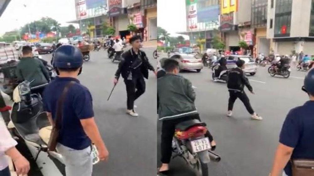 Triệu tập thanh niên đập phá xe máy sau va chạm giao thông với thai phụ