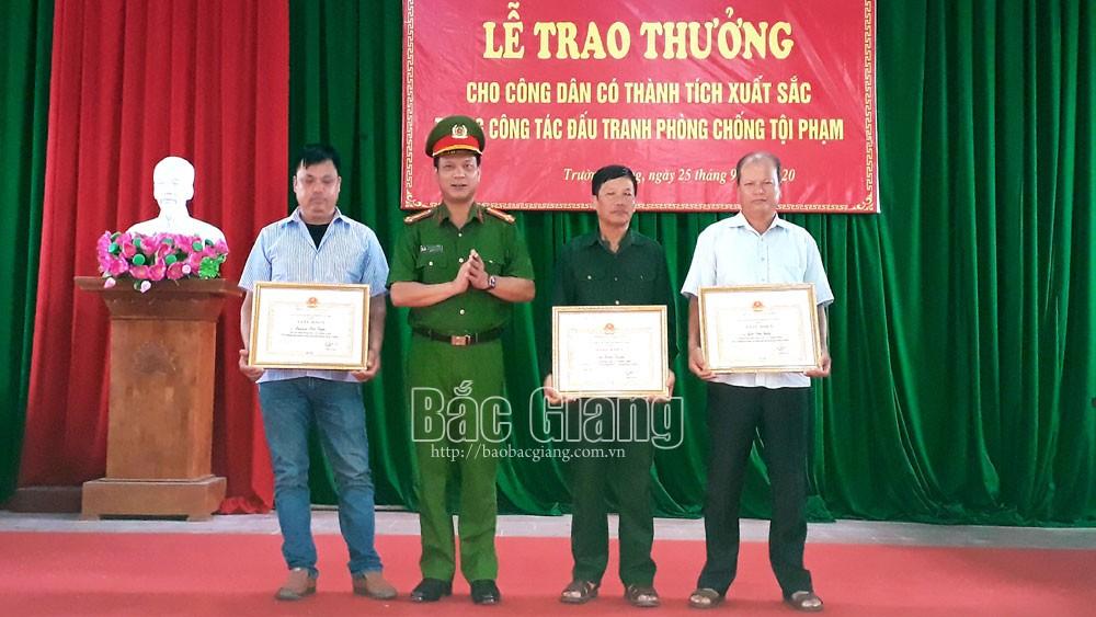 Bắc Giang: Khen thưởng 3 công dân bắt giữ tội phạm