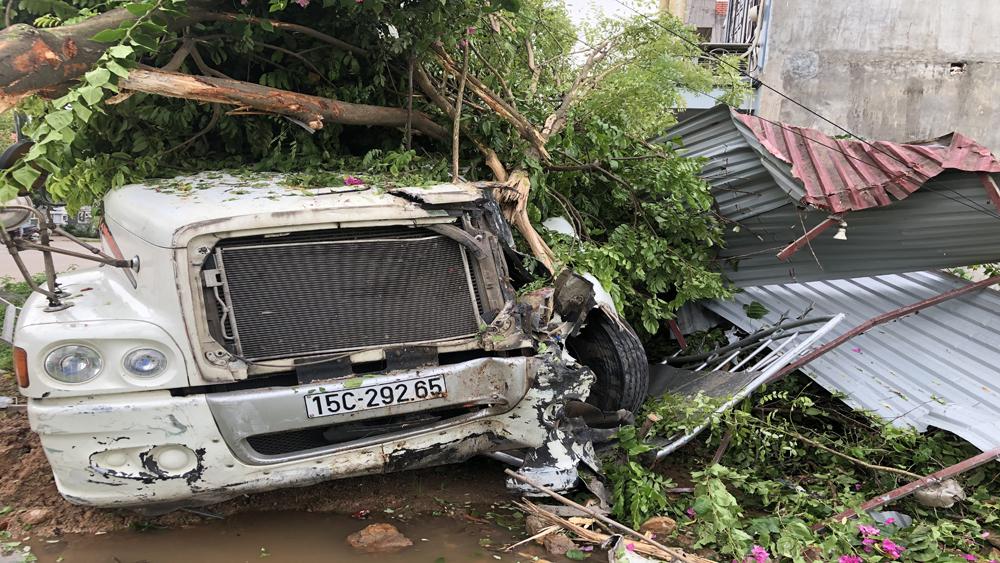 Bắc Giang: Xe container lao vào nhà dân lúc rạng sáng