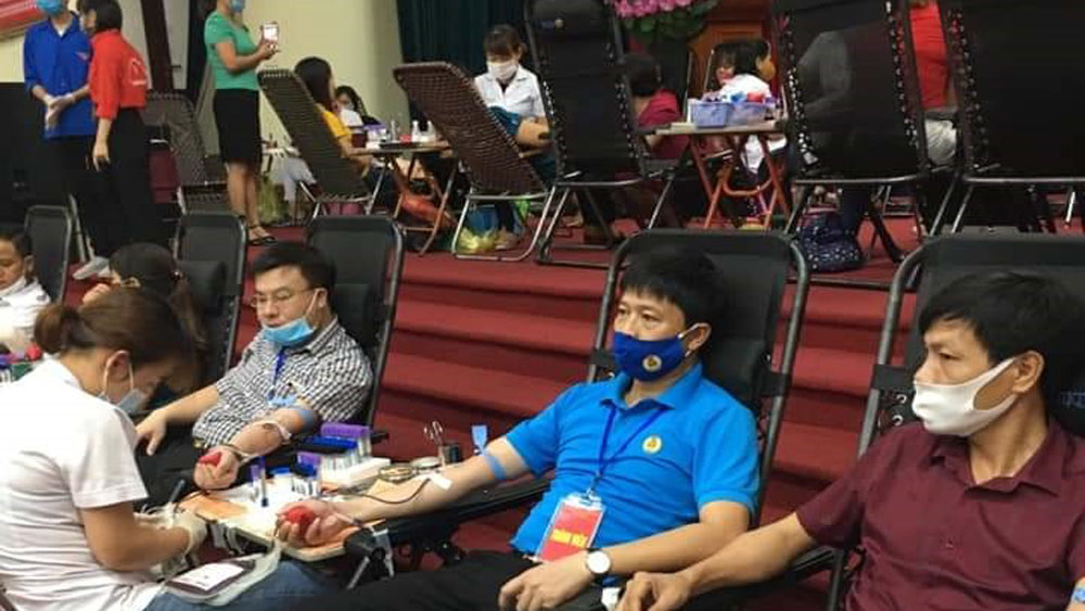 18 health workers, donating blood, save patients, Bac Giang province, medical sector, Department of Health, good deed