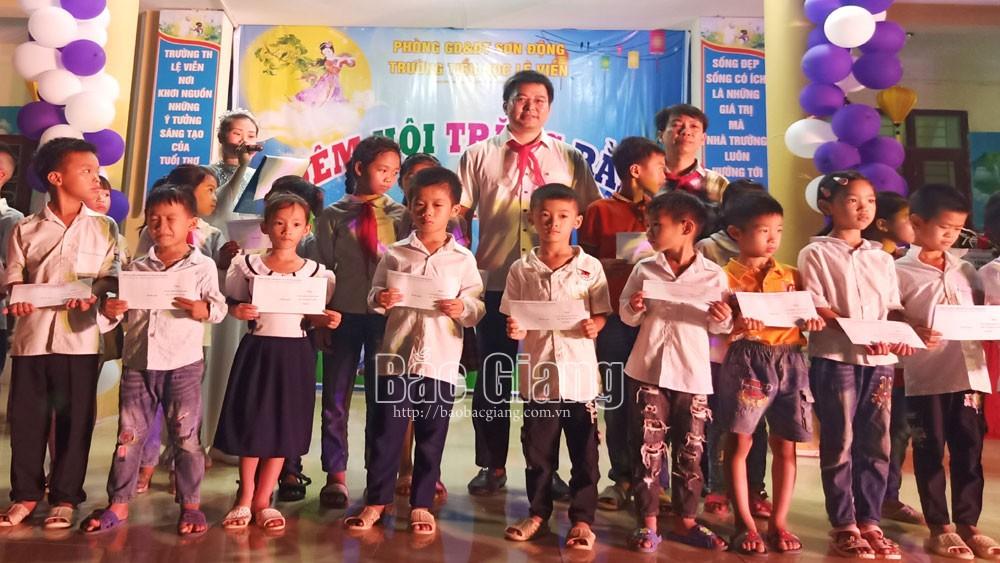 Bí thư Huyện uỷ Ngụy Văn Tuyên tặng quà Tết Trung thu cho trẻ em nghèo
