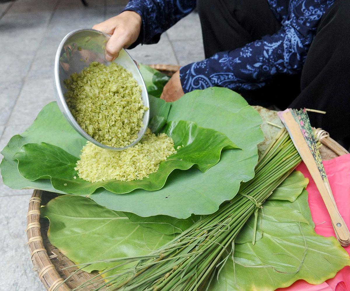 Autumn comes to Hanoi, unexpected light rains, gentle breezes, cool air,  favoured season, florist vendor, fallen leaves