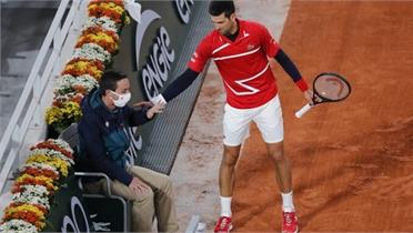 Djokovic đánh bóng trúng mặt trọng tài