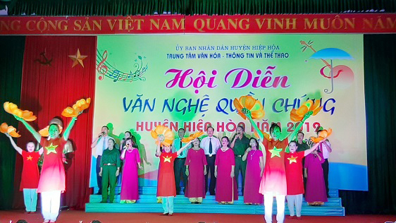 Biểu diễn văn nghệ chào mừng Đại hội Đảng bộ tỉnh tại Hiệp Hòa