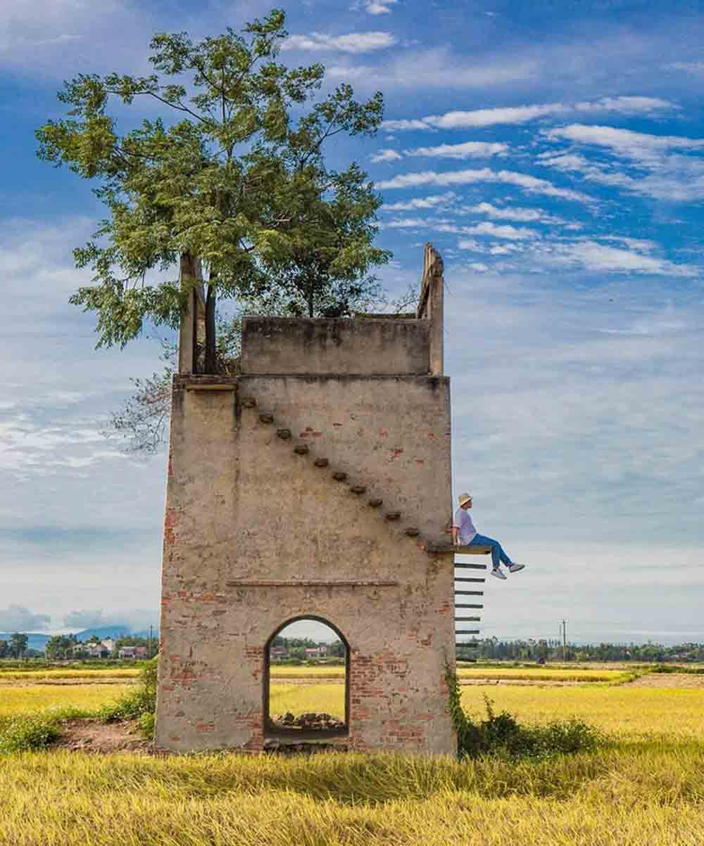 Old brick kiln, Hoi An town, young travelers, photography enthusiasts,  large number of visitors, nearby coffee shop