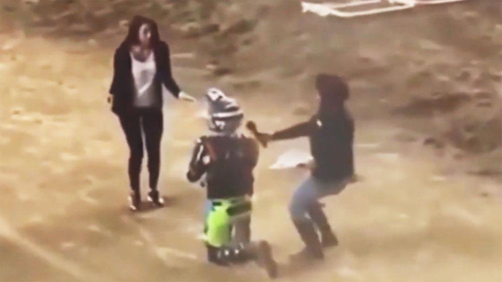 Tay đua giả vờ ngã xe để cầu hôn bạn gái