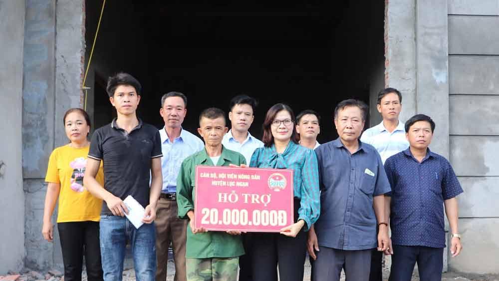 Lãnh đạo Hội nông dân huyện Lục Ngạn trao tiền hỗ trợ cho hội viên Nông Văn Tựa, thôn Cả, xã Phong Minh cải thiện nhà ở.