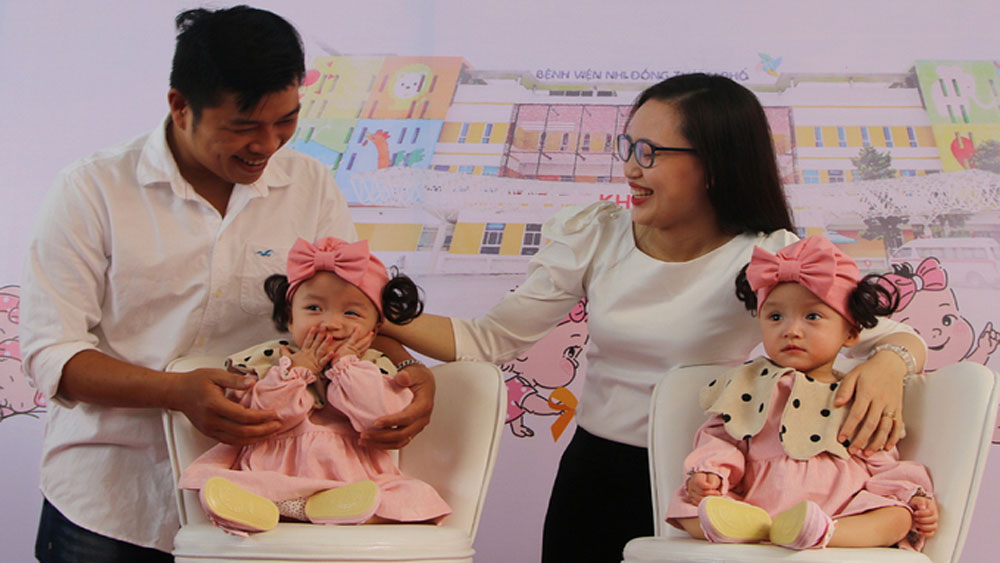 Formerly conjoined twins leave Saigon hospital