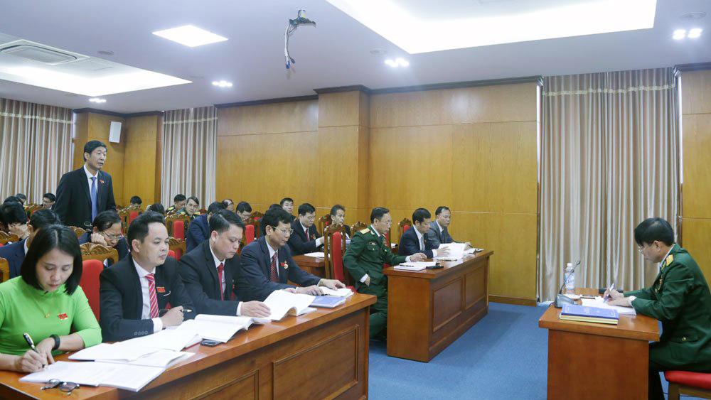 Các đại biểu thảo luận tại tổ về một số văn kiện trình Đại hội