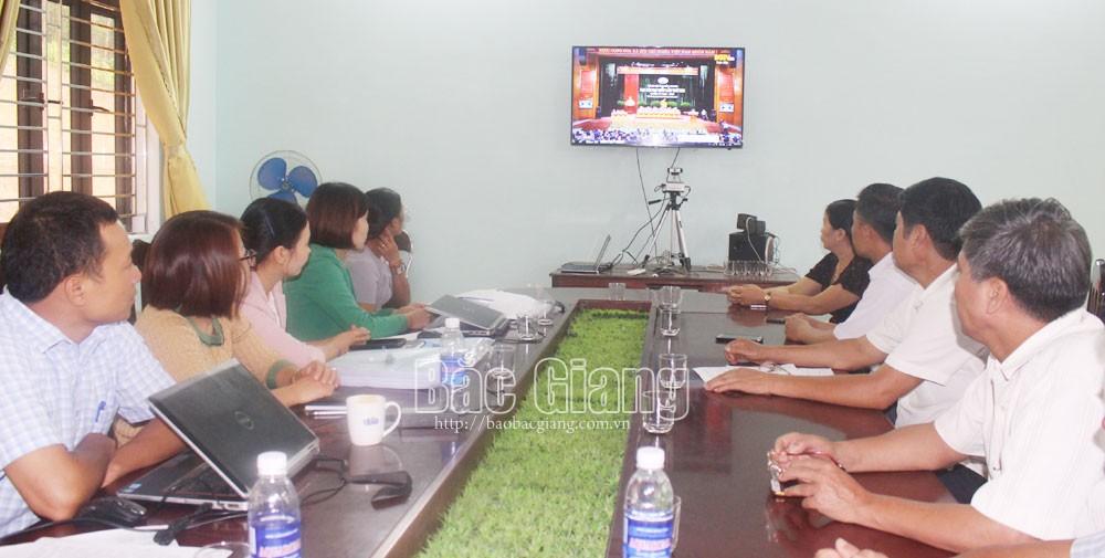 Cán bộ, đảng viên xã Xuân Lương (Yên Thế) theo dõi chương trình truyền hình trực tiếp phiên khai mạc Đại hội.