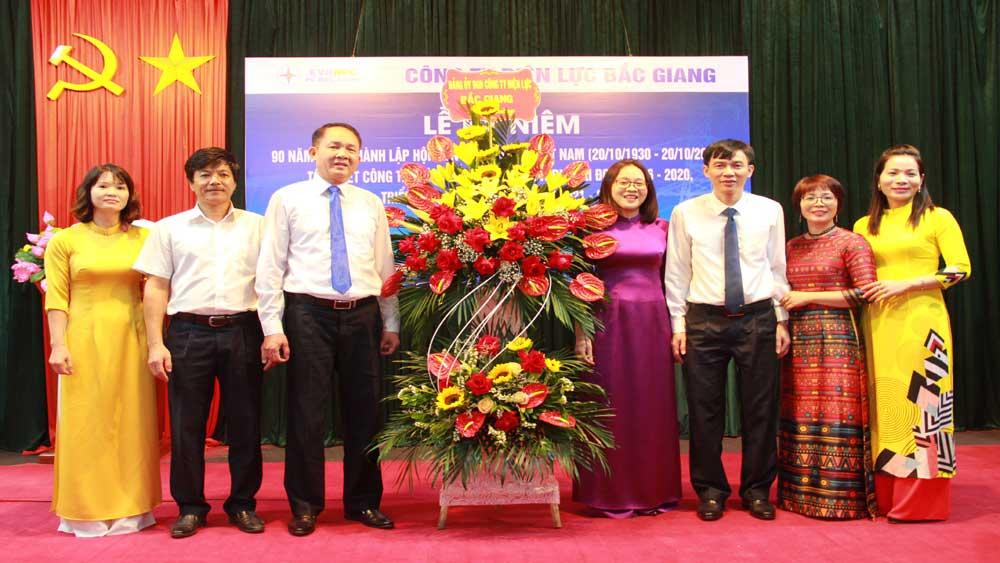 Công ty Điện lực Bắc Giang khen thưởng các cán bộ, công nhân viên nữ