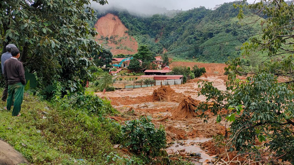 Racing against time, 22 victims, Quang Tri mountain landslide, Rescue forces, military person, officers and soldiers, emergency team