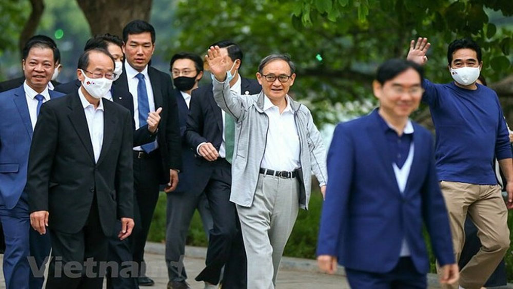 Japan's Suga takes morning walk around Hanoi lake