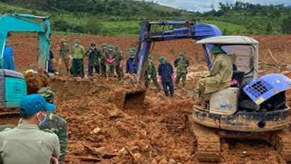 Recovering the bodies of 22 soldiers killed in Quang Tri landslide